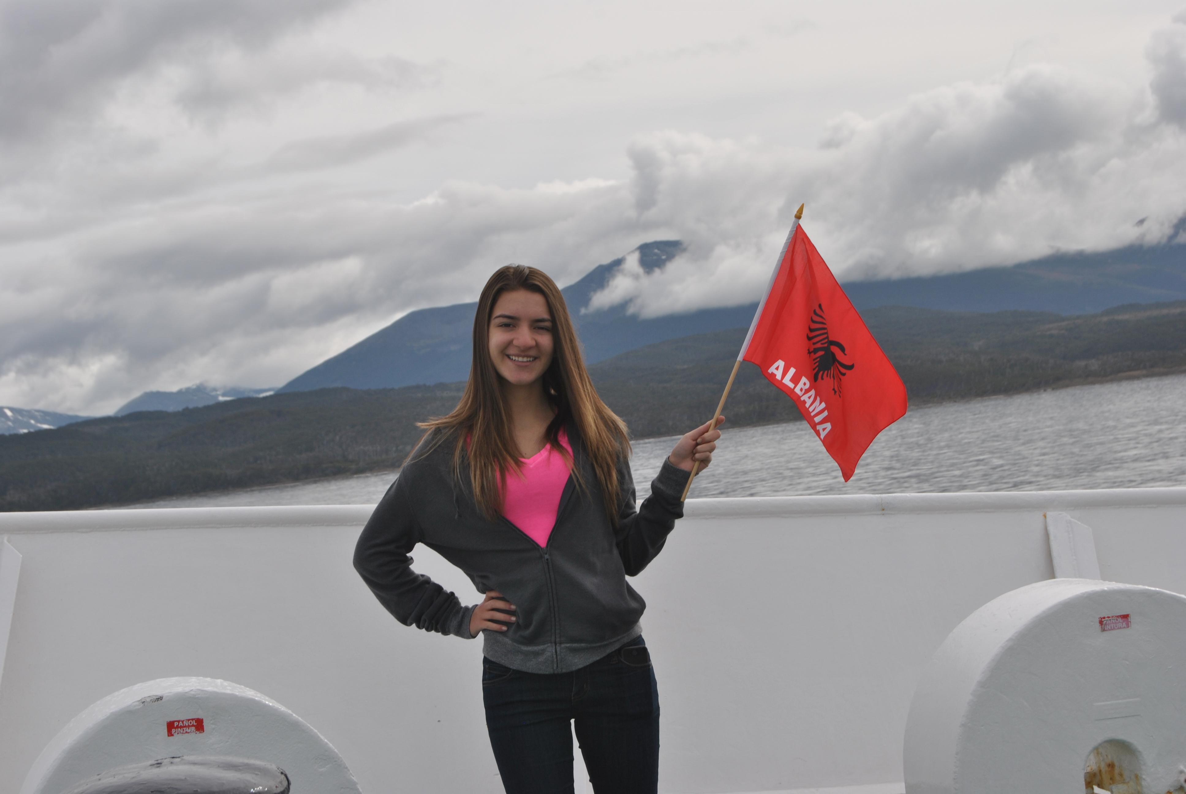 Staten Island University >> Studentija shqiptare Atdhetare Ame, vendos flamurin ...